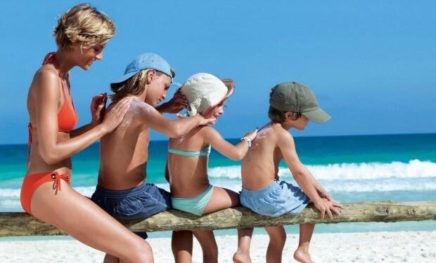 Familia protege su piel del sol con crema solar
